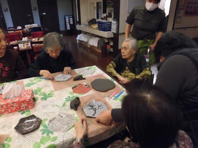 【AH横浜いずみ中央】陶芸教室が開催され、春らしい小皿を作りました☆