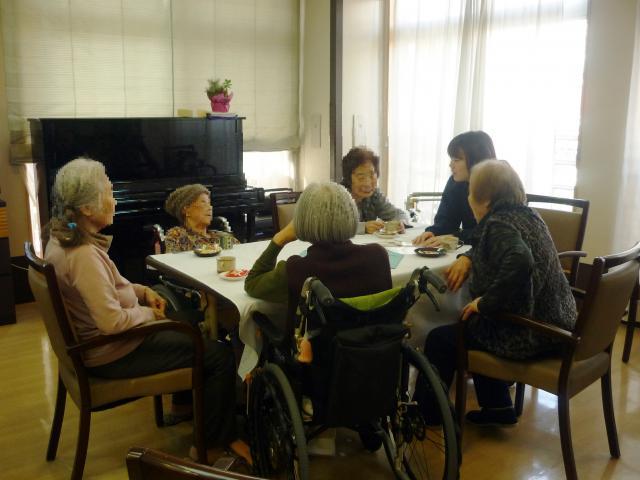 【AH横浜上大岡】ご入居者とスタッフが一緒に座り、ゆっくり会話を楽しめる場☆「アズカフェ」を開催しました。