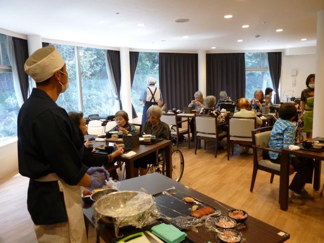 【AH川崎中央】ホームにお寿司職人が!握りたてのお寿司を楽しむ「お寿司の日」を開催しました!