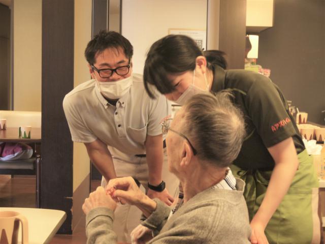 【AH横浜いずみ中央】機能訓練指導員(リハビリスタッフ)の小川はアズハイムの機能訓練指導員のアドバイザーも務めるリハビリのスペシャリスト