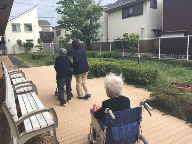 【AH大泉学園】自慢の庭で、お散歩レク♪太陽と風が気持ちの良い季節になってきました☆