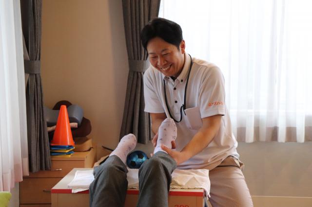 【AH三郷】機能訓練指導員(リハビリスタッフ)経験豊富な小山・岡部「談笑しながらリハビリを行う」のがアズハイム三郷流です。