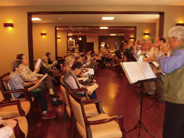 【AH横浜いずみ中央】お誕生日会に、地域の方々からのハーモニカ演奏のプレゼント♪懐かしい音色にウットリ♪