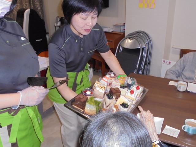 【AH南浦和】母の日&父の日のイベントを行い、ケーキバイキングやおやつ作りを楽しみました☆