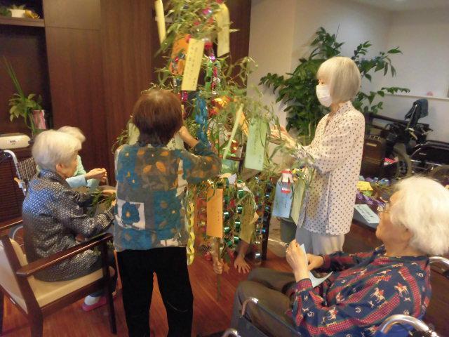 【AH文京白山】七夕ランチの後に、短冊に願い事を書いて笹に飾りつけを行いました♪