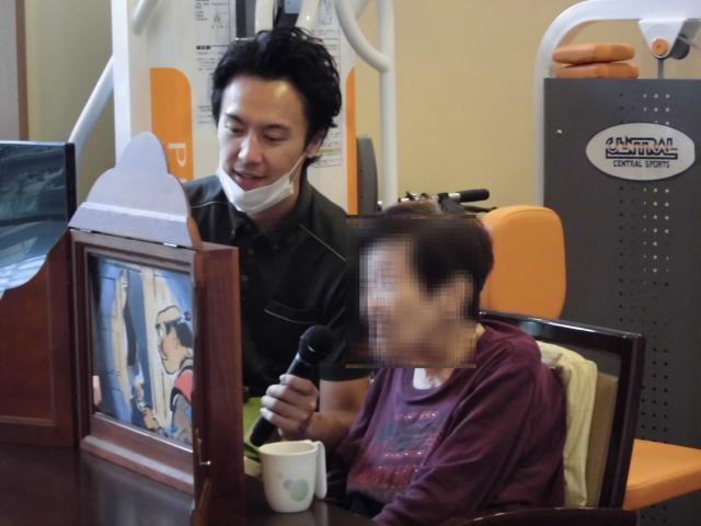 【AH中浦和】紙芝居を読むことが好きなご入居者が、他のご入居者へ紙芝居を披露してくださいました☆