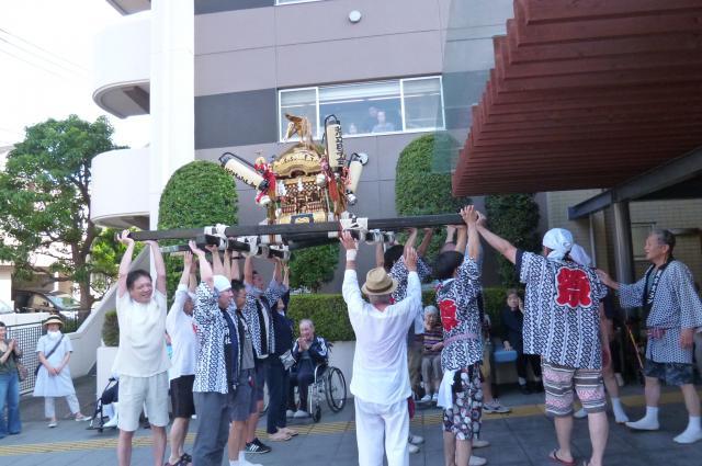 【AH横浜東寺尾】お祭りの神輿が、ホーム前に来てくれました!「わっしょい!わっしょい!」と掛け声が響き渡りました☆