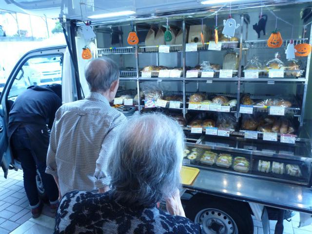 【AH川崎中央】毎週木曜日は、移動パン屋の日☆ご入居者もスタッフも、とても楽しみにしています☆