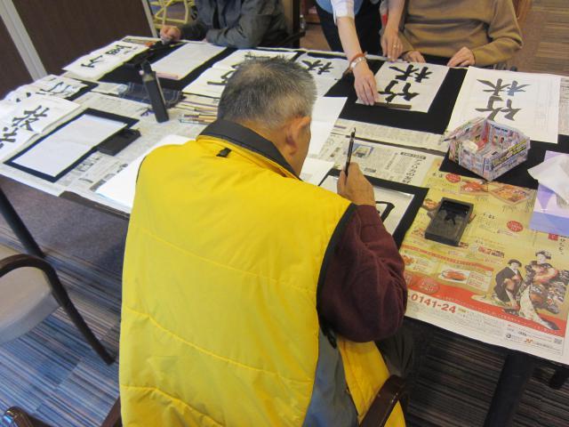 【AH中浦和】書道サークルが開催されました☆皆さま好きな文字をや言葉を見つけ、楽しそうに練習されていました☆