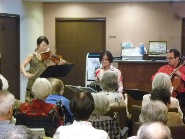 【AH東浦和】初夏の夕方にふさわしい「タンゴの夕べ」が開催されました!新鮮な音楽にご入居者も興味津々でした!