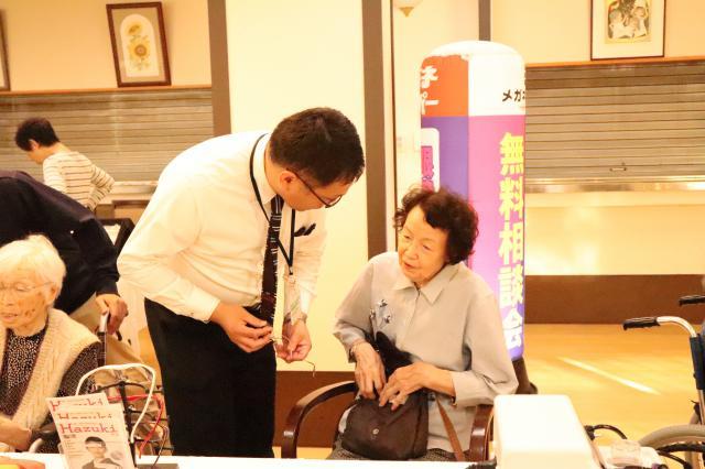 【AH横浜上大岡】メガネスーパーさんに来ていただき、メガネ・補聴器を作ったり、クリーニングをしていただきました☆