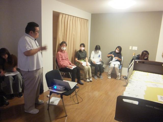 【AH南浦和】アズハイム南浦和機能訓練指導員(リハビリ専門スタッフ)大川による、「腰痛予防勉強会」が行われました。