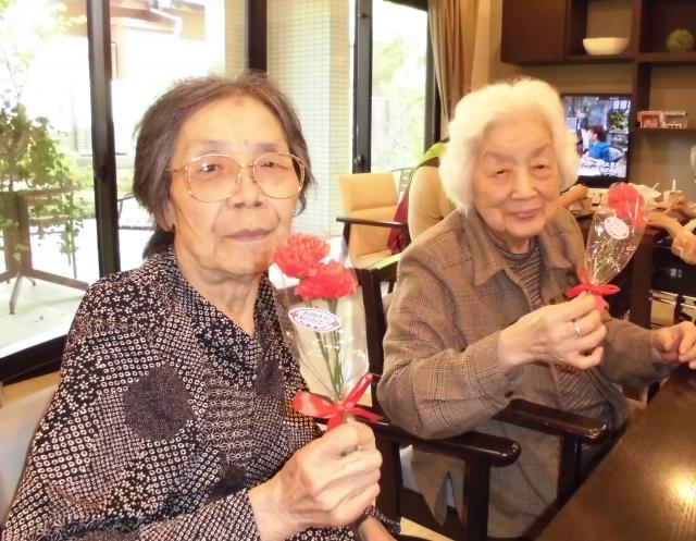 【AH千葉幕張】母の日に、スタッフ手作りのプリンとカーネーションをプレゼントしました☆