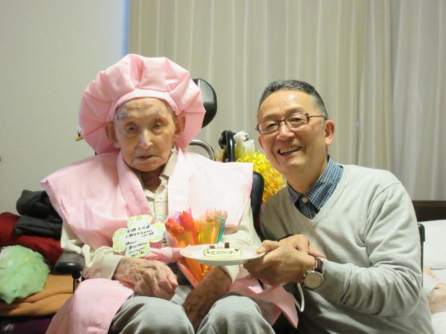 【AH町田】ご入居者のH様が満100歳を迎えられ、ご家族とご一緒にお祝いをしました♪