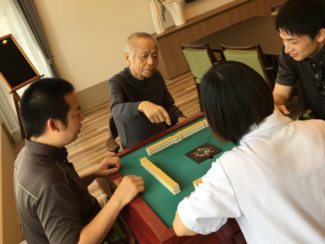 【AH杉並井草】初めてのご入居者の大好きなものは麻雀!スタッフが一緒に雀卓を囲むために、早速準備に取り掛かりました!