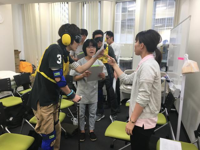 【ケアリーダー実技研修】高齢者擬似体験や移乗の実技研修を行いました。