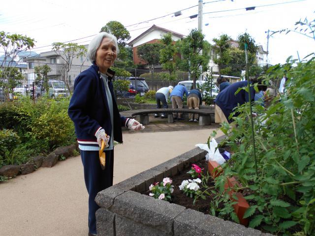 【AH光が丘】月に一度の園芸サークルの日でした!夏の収穫に向けて、精が出ますね!
