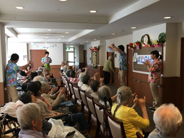 【AH大泉学園】挨拶は「Aloha〜☆」スタッフ全員がアロハシャツに身を包み、陽気なハワイアンデーが開催されました♬