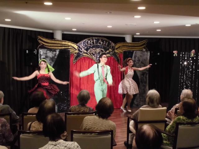 【AH川崎中央】煌びやかな歌謡ショーを目の前で!「呼華(こはな)歌劇団」がホームに来てくれました♬