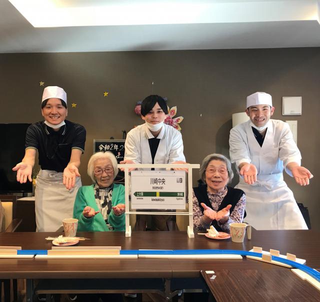 【AH川崎中央】列車がお寿司を運んでくれる!?そんな楽しい回転寿司屋がホームにオープンしました♬