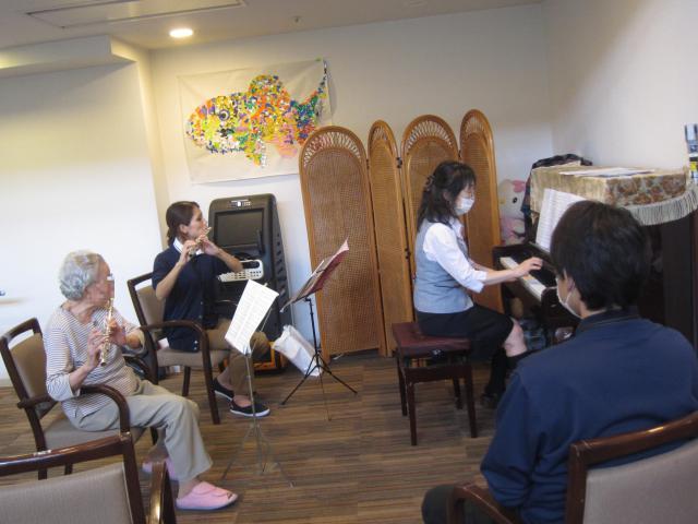 【AH中浦和】フルートとピアノによる「愛の讃歌」を、ホーム長へプレゼントしました☆