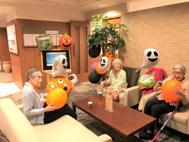 【AH大泉学園】ハロウィン仕様のカフェコーナーで記念撮影を行いました♬