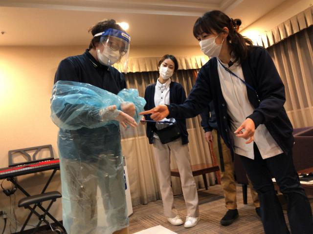 【AH中浦和】看護師による、感染症予防ガウンテクニックの研修を行いました。