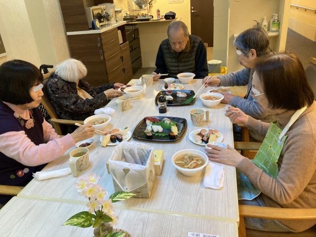【AH横浜東寺尾】ホームの新年会!お寿司と手作り豚汁を囲みました♬