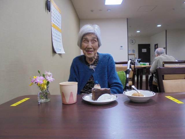 【AH横浜いずみ中央】ご入居者のお誕生日当日に、ケーキをご用意してお祝いをさせていただきます♬