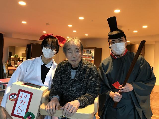 【AH川崎中央】スタッフが神主と巫女になりきり、ホーム内に作った神社で初詣を行いました♬