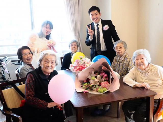 【AH町田】同期入社スタッフ二人の結婚を、ご入居者と一緒にホームでお祝いしました♡