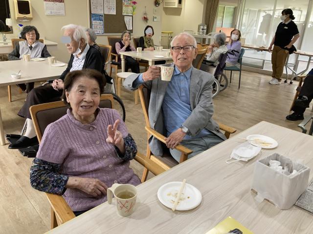 【AH横浜東寺尾】ご入居者に人気の「手作り料理レク」今回は「芋餅」を作り、ご入居者にふるまいました♬
