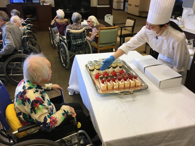【AH光が丘】5月はホーム開所記念月です!お祝いに、ホテルのケーキの移動販売をお願いしました♬