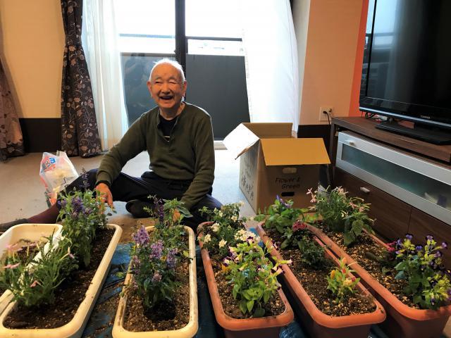 【AH東浦和】ご家族から毎年送られるポットのお花の植え替えを、ご入居者と一緒に行いました☆