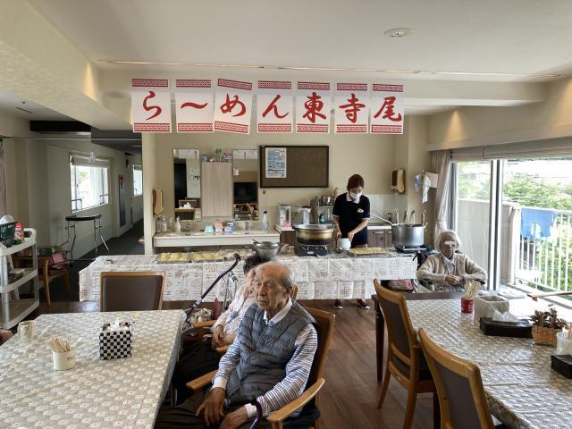 【AH横浜東寺尾】街の中華屋をイメージさせる「らーめん東寺尾」の暖簾が、懐かしさを演出♬手作りラーメンレクを行いました!