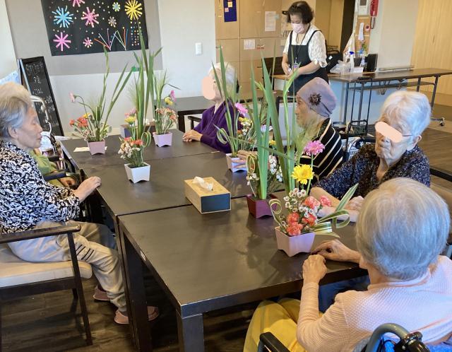 【AH三郷】黄色・朱色・ピンクと、夏らしい元気な色合いのお花を使ったフラワーアレンジメントを行いました♬